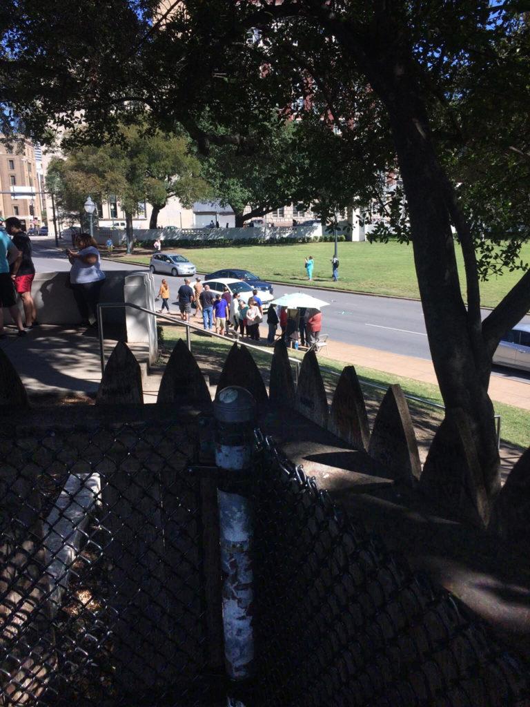 Esta sería la vista del posible segundo asesino de Kennedy, tras la valla de madera en Dealey Plaza. LA PRENSA / Fabrice Le Lous
