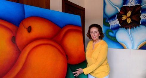 Rosario Ortiz de Chamorro impacta con sus lienzos sugerentes, poblados de imágenes y claros femeninos. LA PRENSA/CORTESÍA/MARTA LEONOR GONZÁLEZ