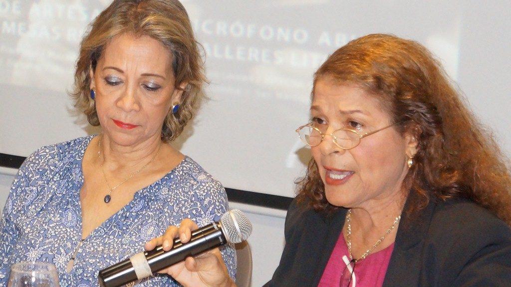 Luz Marina Acosta y Gloria Gabuardi, anuncian las principales actividades del programa del Festival Internacional de Poesía, entre ellos la feria del libro. LA PRENSA/Arnulfo Agüero