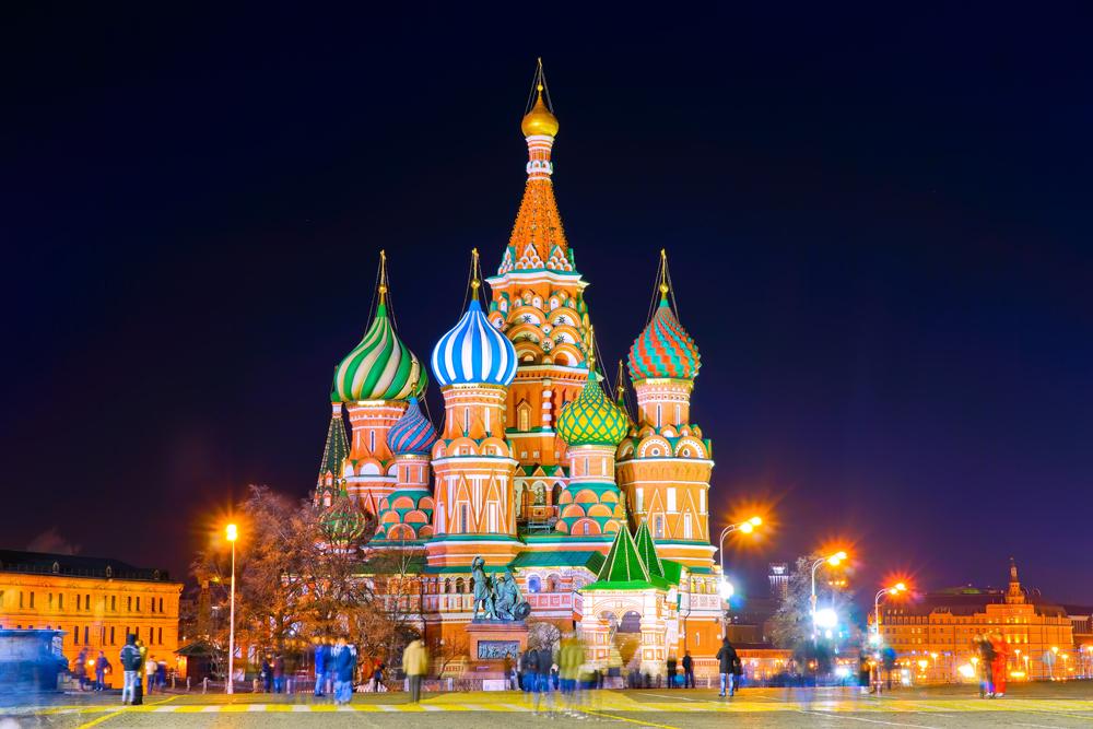 La colorida Basílica de San Basilio, en la Plaza Roja, destaca más con las luces artificiales en la noche. LA PRENSA / Thinkstock.