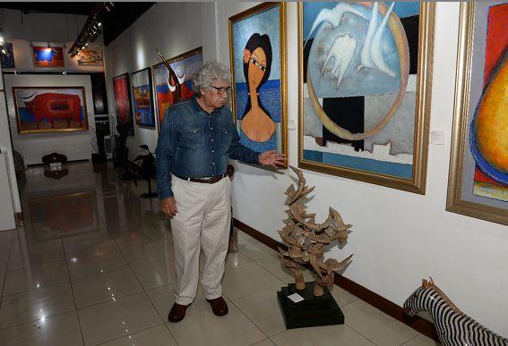 El pintor Efrén Medina recorre su galería, en la que también se muestran obras de otros artistas nicaragüenses. LAPRENSA/Roberto Fonseca/Archivo