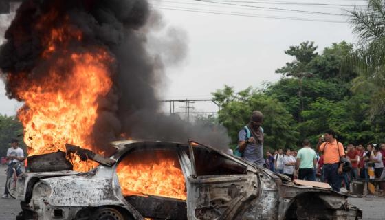Las protestas del sábado dejaron el saldo de un muerto en Honduras, mientras el país espera por los resultados de las elecciones presidenciales. LA PRENSA / AFP / JORDAN PERDOMO