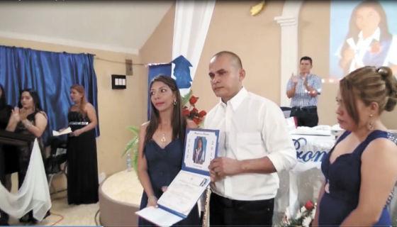 Este viernes el diploma de Anayelis fue entregado a su padre, Ismael Pulido. La niña fue sepultada ayer sábado. LA PRENSA/ CORTESÍA