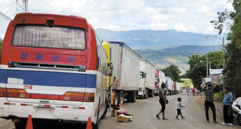 En el puesto fronterizo El Espino el transporte de carga y de pasajeros se ha disminuido por los hechos de violencia que se registran en Honduras. LAPRENSA/W.ARAGÓN
