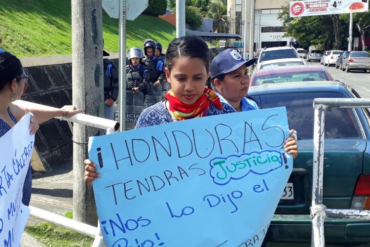 Una joven en el plantón de solidaridad con los hondureños que rechazan la reelección presidencial de Juan Orlando Hernández en Honduras.