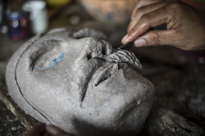 Elaboración del diseño de la máscara. LA PRENSA/ OSCAR NAVARRETE