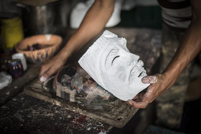 Después de secarse la máscaras se procede a aplicarle yeso y pintarla. LA PRENSA/ OSCAR NAVARRETE
