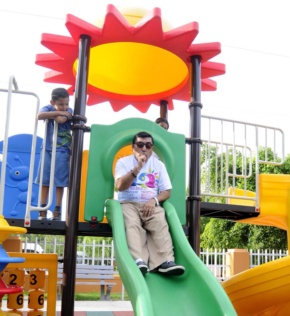 El vicealcalde Enrique Armas inaugurando un parque infantil de Managua. Expertos opinan que a Armas únicamente le delegan actividades de poca importancia, y que en la alcaldía su su opinión y sus ideas no son prioritarias. LA PRENSA / Archivo