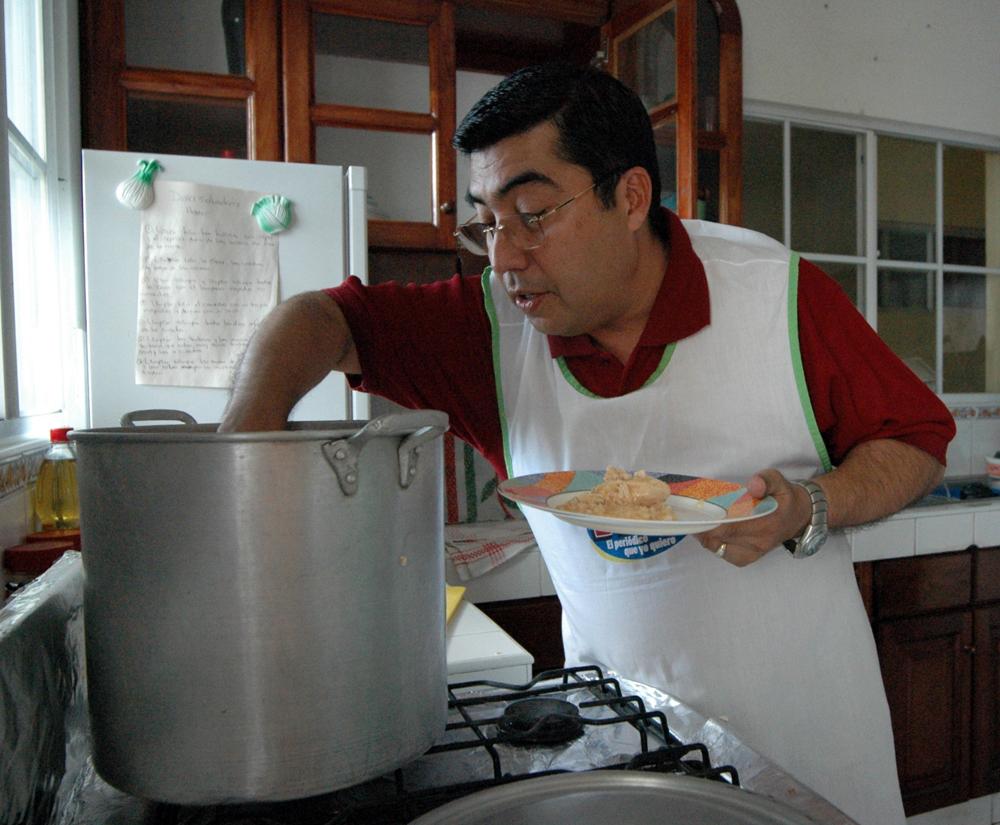 """El carismático Enrique Armas mostrando sus dotes culinarios en la """"Cuchara Famosa"""" del periódico HOY. LA PRENSA / Archivo"""