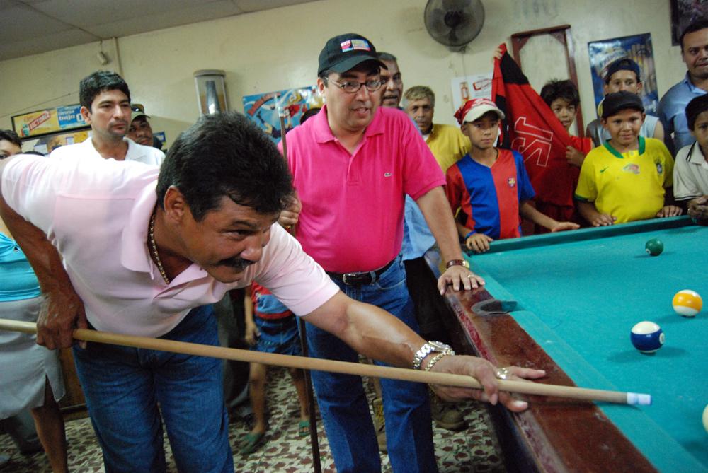 Alexis Argüello jugando billar en un barrio de Managua con Enrique Armas, durante la campaña por la alcaldía de Managua, en 2008. LA PRENSA / Archivo.