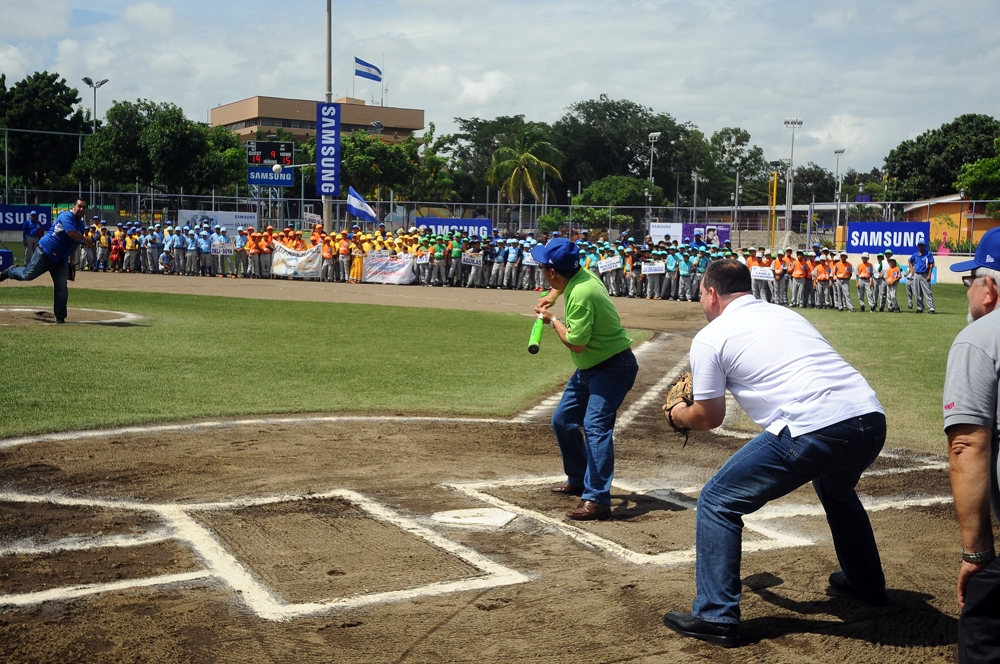 Enrique Armas jugando beisbol en la inauguración de una copa, en Managua. LA PRENSA / René Ortega.