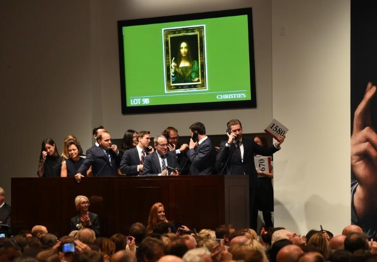 """Empleados de la casa de subastas Christie's reciben ofertas para """"Salvator Mundi"""" de Leonardo da Vinci, el pasado 15 de noviembre de 2017 en Nueva York. LA PRENSA/ AFP / Timothy A. Clary"""