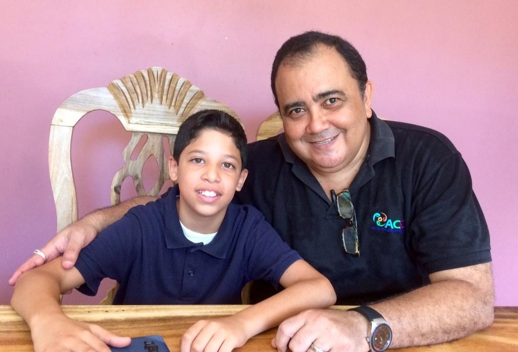 Gabriel Paladino Mendoza, acompañado del escritor Henry A. Patrie, Coordinador de la Metodología leo, comento, imagino y creo. LAPRENSA/Arnulfo Agüero