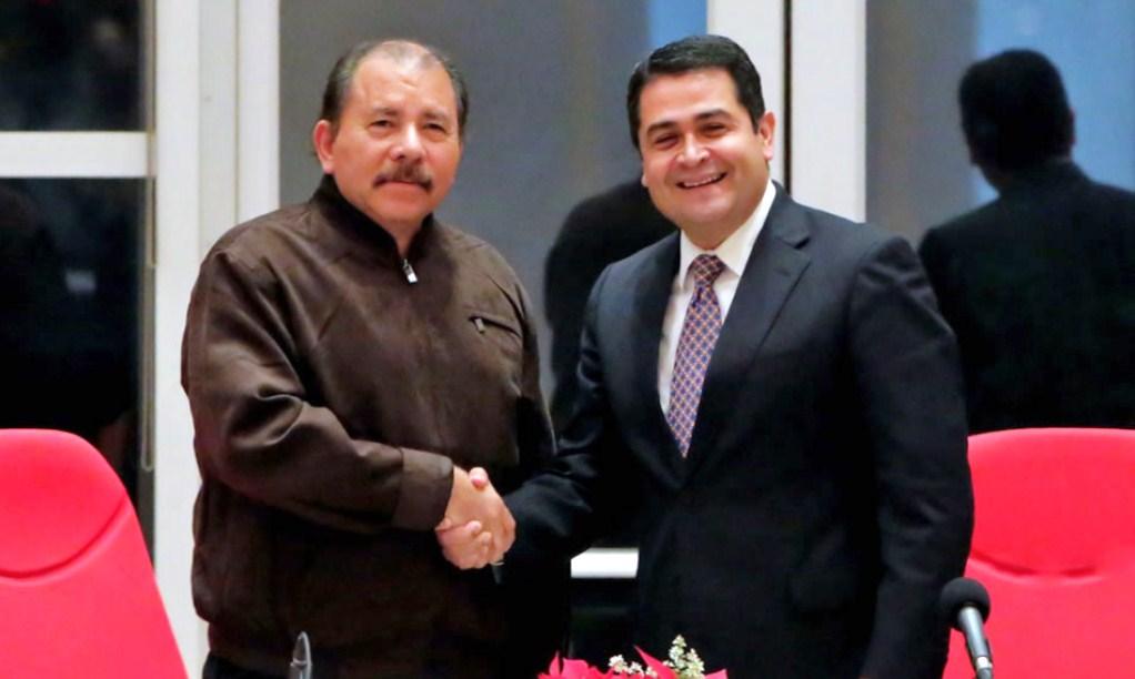 Juan Orlando Hernández y Daniel Ortega durante una reunión bilateral en Managua. LA PRENSA/ ARCHIVO