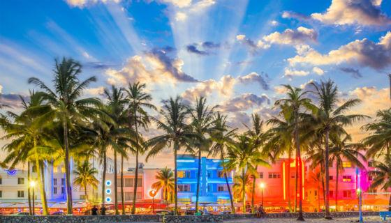 Las fachadas art-deco de los edificios de Ocean Drive se encienden con luces de neon en el crepúsculo de Miami Beach. LA PRENSA / Thinkstock.