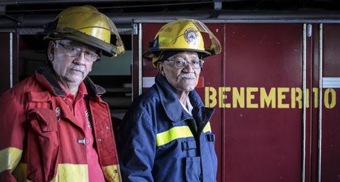 Julio César Prado y Ricardo Selva son los bomberos más viejos del país. Se han dedicado a este oficio por casi 60 años. LA PRENSA/ ÓSCAR NAVARRETE