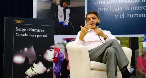 El escritor Sergio Ramírez Mercado presentó con éxito su novela Ya nadie llora por mí. Al final del evento decenas de personas hicieron fila en busca de la firma del autor. LA PRENSA/Arnulfo Agüero