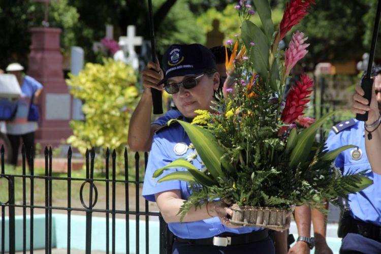 La primera comisionada Aminta Granera, jefa de la Policía Nacional, visitó a sus familiares enterrados en el cementerio Guadalupe de León el dia de los difuntos. LA PRENSA/E.LÓPEZ