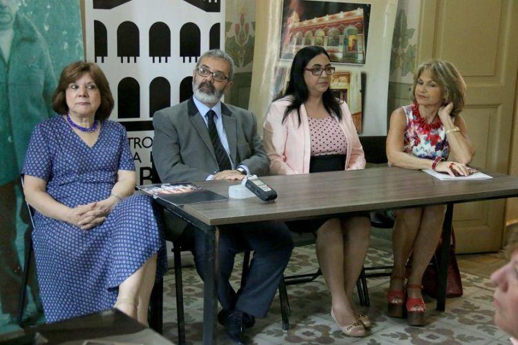 Mirta Roa (vestida de azul), hija del escritor paraguayo Augusto Roa Bastos es acompañada de funcionarios de la secretaria ejecutiva de la Comisión Nacional de Conmemoración del Centenario del escritor. LA PRENSA/EFE/Alberto Peña