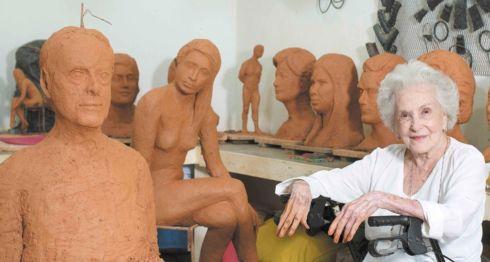"""""""Me encanta trabajar"""", expresa a sus 94 años llena de vigor la escultora Maruca Gómez, mientras enseña sus nuevas piezas, una de ellas un busto del afamado pintor Armando Morales. LAPRENSA/YADER FLORES"""
