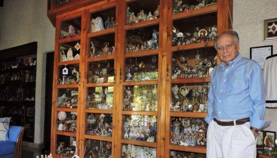 """El coleccionista Alejandro del Carmen Betress, explica que la mayor parte de sus nacimientos están compuestos por los """"misterios"""", que reúnen a María, José y el niño Jesús. LAPRENSA/MYNOR GARCÍA"""