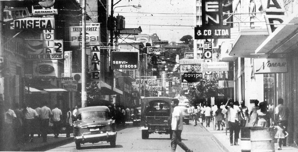 """El historiador Nicolás López Maltez, autor de esta fotografía, llamaba a la Avenida Roosevelt """"la primera arteria de Managua"""". Abundaban comercios y transeúntes. LA PRENSA / Cortesía: Nicolás López Maltez."""