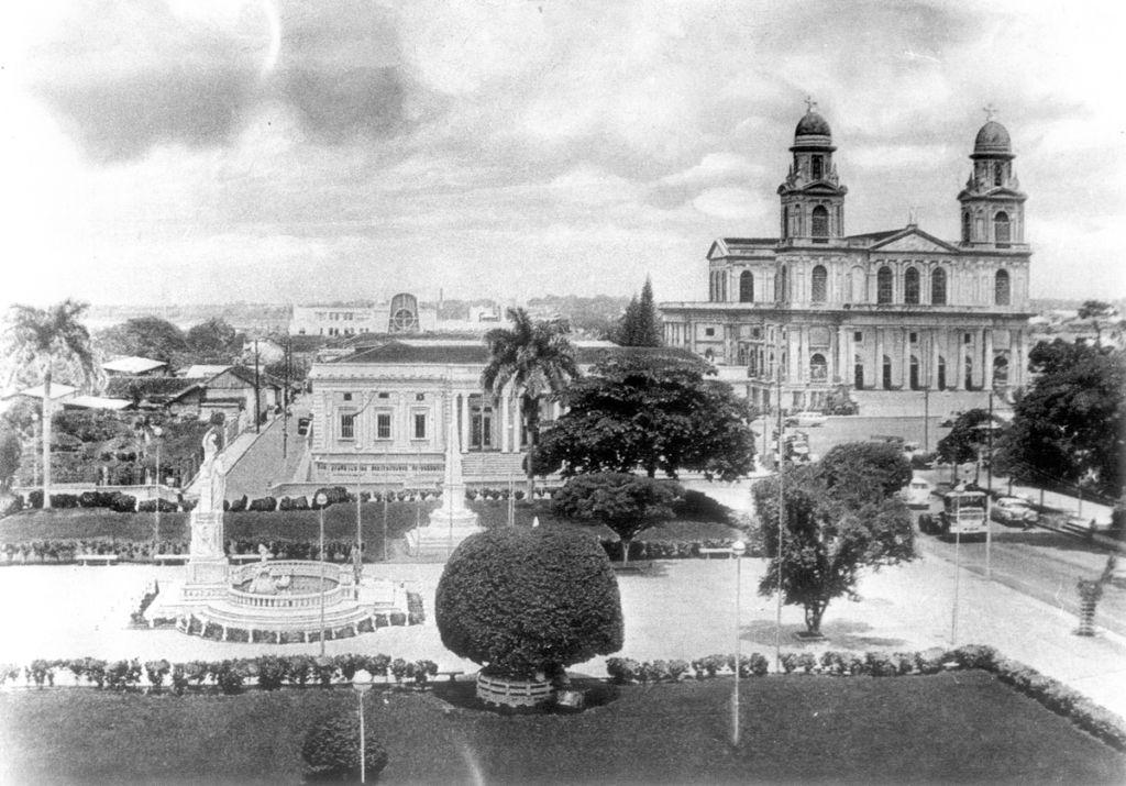 Panorámica del parque Rubén Darío en la antigua Managua. A la derecha, la catedral, en el centro histórico capitalino. LA PRENSA / Archivo
