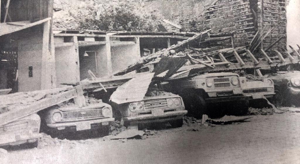 El 60 por ciento de la capital se derrumbó con el terremoto, destuyendo también vehículos. LA PRENSA / Reproducción.