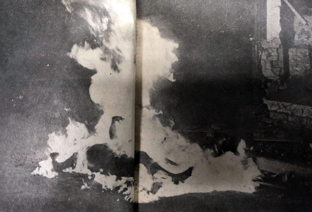 Un cadáver es incinerado la noche del terremoto de Managua de 1972. LA PRENSA / Reproducción.