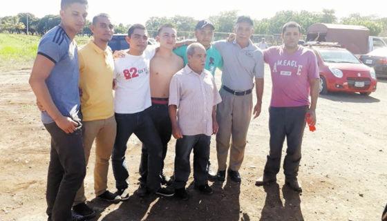 Los ocho hombres, que estuvieron presos en El Chipote luego de que la Fiscalía les imputara delitos relacionados con la violencia política durante las elecciones municipales, recibieron sus cartas de libertad. LA PRENSA/CORTESÍA