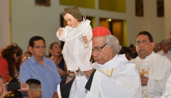 El cardenal Leopoldo Brenes carga la imagen de Jesús en la misa de Nochebuena de 2017 en la Catedral de Managua. LA PRENSA / Jader Flores.