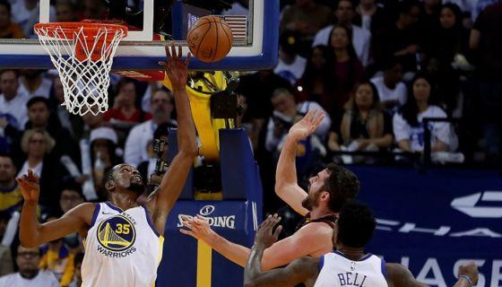 Kevin Durant (izquierda) no solo lideró a la ofensiva de los Warriors, también fue crucial con su defensa, en el triunfo ante los Cavaliers en el jornada navideña de la NBA. LA PRENSA/AP/Tony Avelar