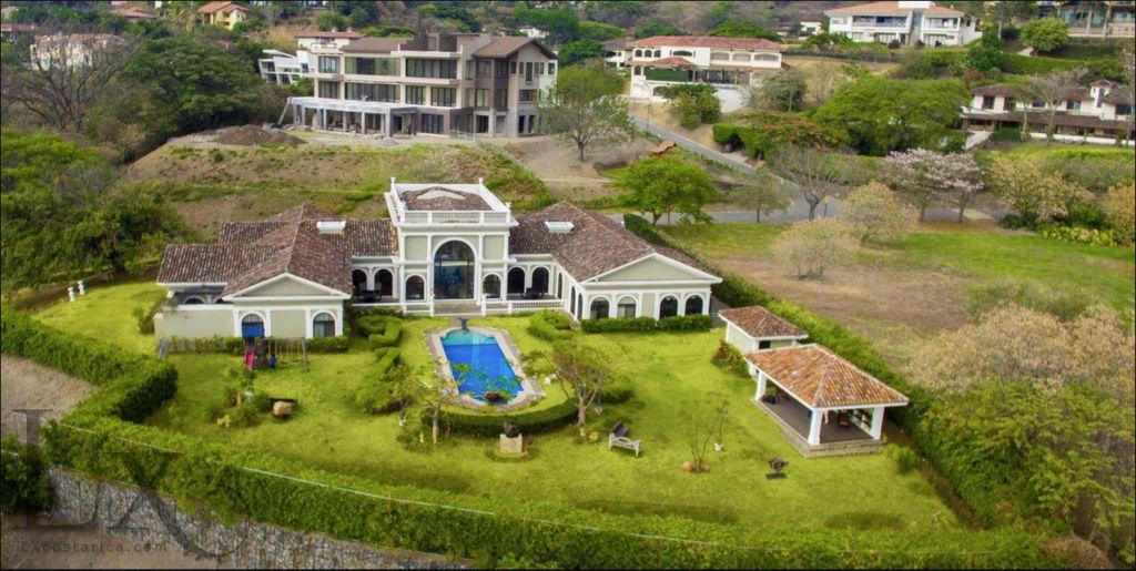 El magistrado electoral Roberto Rivas adquirió a través de la sociedad anónima Chibilu del Oeste cuatro lujosas residencias en Villa Real, San Ana, en San José, Costa Rica.