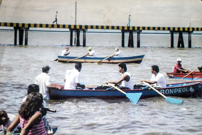 Los remeros de El Arado participando en uno de los concursos de remo con lanchas de pescar. LA PRENSA/CORTESÍA