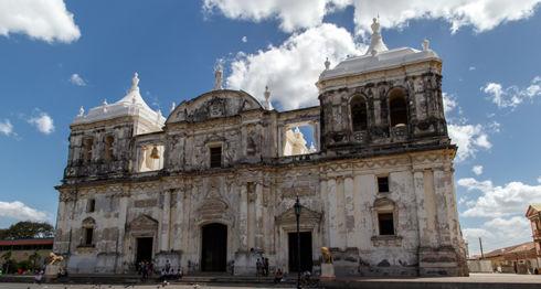 Dentro de la catedral de León hay siete sótanos que guardan parte de las reliquias de iglesia. Estos, además, sirven como apoyo antisísmico para que el edificio no se derrumbe al momento de los temblores, explica el guía turístico e investigador, Rodrigo Silva.