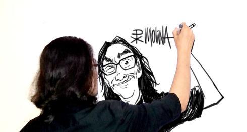 Pedro Molina dibujando a PxMolina para esta edición. LA PRENSA/ CORTESÍA