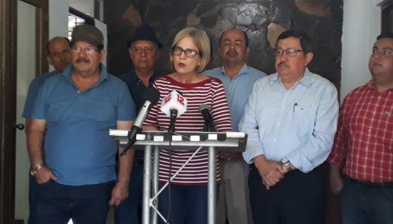 Presidenta del partido Ciudadanos por la Libertad (CxL), Kitty Monterrey, junto a otros miembros directivos de esta organización política.