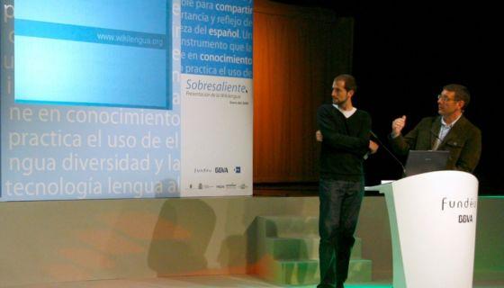 Xosé Castro, presentador del programa de televisión Palabra por palabra, hace una demostración a los asistentes al acto de presentación del nuevo espacio en Red La Wikilengua del Español. LA PRENSA/EFE/Archivo