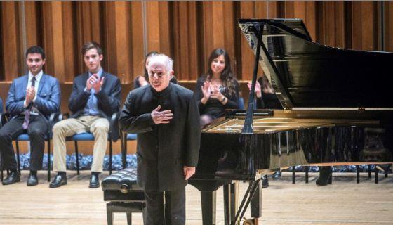 El pianista y compositor argentino Daniel Barenboim rinde homenaje a Claude Debussy en el centenario de su muerte.LA PRENSA/EFE/Alberto Morante