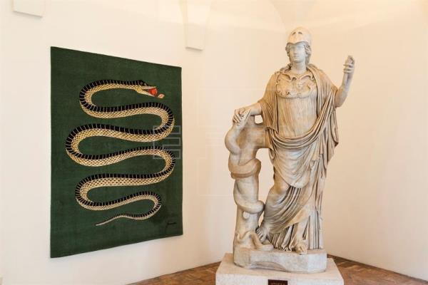 """Fotografía facilitada por la sociedad Electa de la estatua de la diosa Atenea junto a una alfombra de Fornasetti titulada """"Amamos la serpiente"""". LA PRENSA/EFE/Electa-ph S.Castellani"""