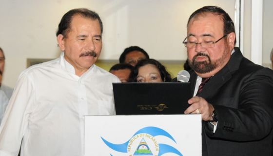 Roberto Rivas, presidente del CSE, entregando las credenciales a Daniel Ortega en enero de 2012. LA PRENSA/ ARCHIVO
