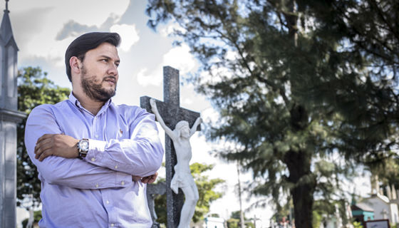 Óscar Pineda se dedica a preparación y maquillaje de muertos, conocido como tanoestética y tanatopraxia