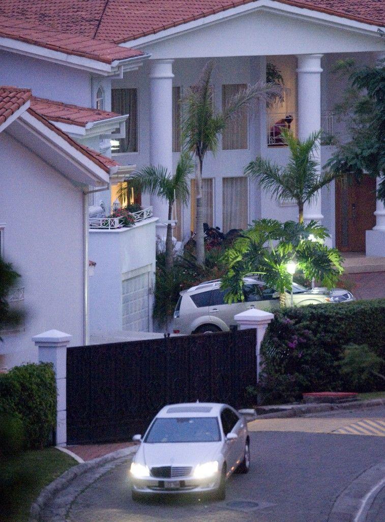 El Mercedes Benz S500 2009 diplomático propiedad de Harold Rivas, fotografiado saliendo de la casa de su hermano, Roberto Rivas, en Santa Ana, Costa Rica. LA PRENSA / Cortesía de La Nación.