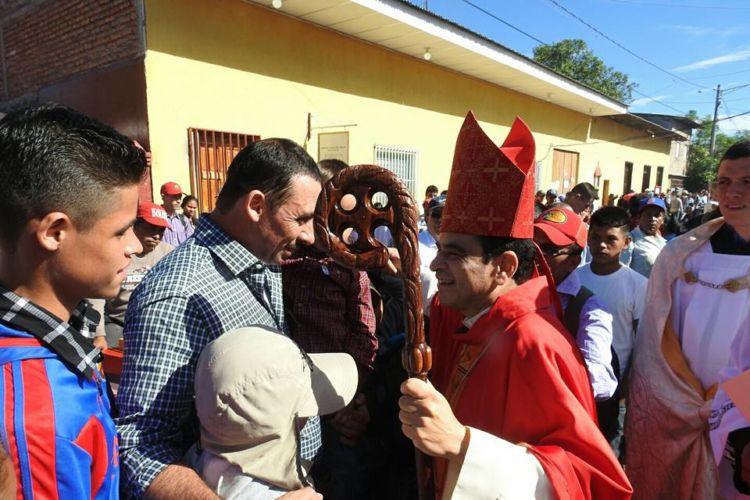 El obispo de Matagalpa, Monseñor Rolando Álvarez, compartiendo con los feligreses. LA PRENSA/ Luis Eduardo Martínez