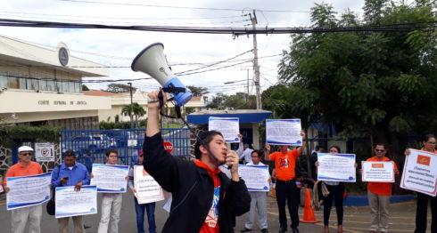 Miembros del MRS demandan que les regresen su personería jurídica frente a la sede nacional de la Corte Suprema deJusticia (CSJ) en Managua, donde hace nueve años y tres meses introdujeron un recurso de amparo contra la cancelación de su personeria jurídica de parte del poder electoral.
