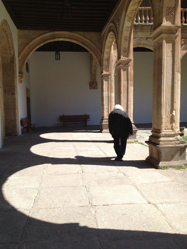 El poeta Ernesto Cardenal en la Universidad de Salamanca, vestido de gris camina encorvado por el tiempo. Foto del 14 de mayo del 2013. LA PRENSA/Cortesía/Luz Marina Acosta