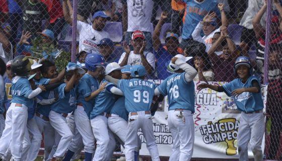 En un gran abrazo se fundieron los peloteros de Managua, que ganaron la final del Campeonato Nacional de Beisbol Infantil A al derrotar a Rivas en un vibrante partido.