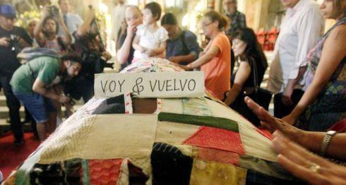 Varias personas asisten al velatorio del poeta chileno Nicanor Parra en la Catedral Metropolitana de Santiago (Chile). LA PRENSA/EFE/Esteban Garay