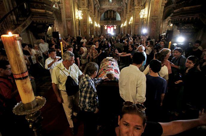 La gente rinde sus últimos respetos al poeta chileno Nicanor Parra durante un servicio conmemorativo en la Catedral de Santiago, Chile. LA PRENSA/AP Photo / Luis Hidalgo