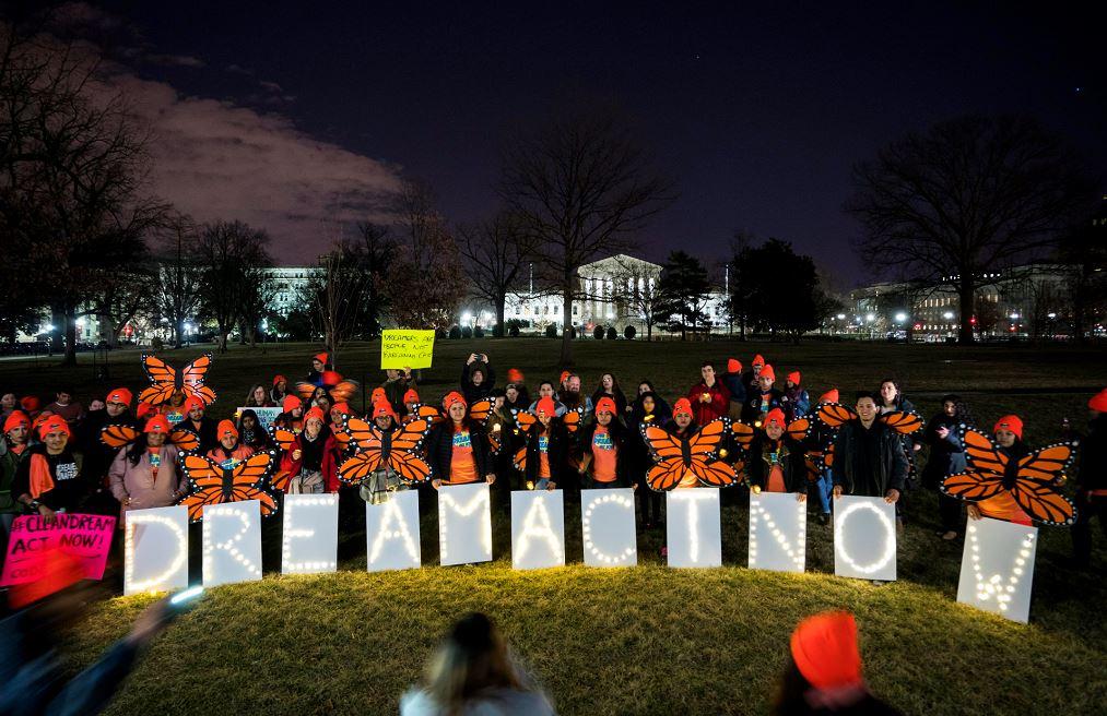 Los partidarios de Dreamers y DACA (acción diferida para llegadas infantiles) se reúnen fuera del capitolio de los EE. UU. LAPRENSA/EFE